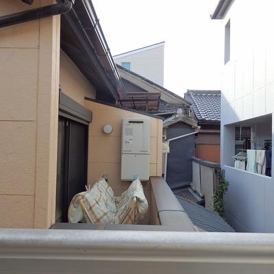 お隣さんが近いです。