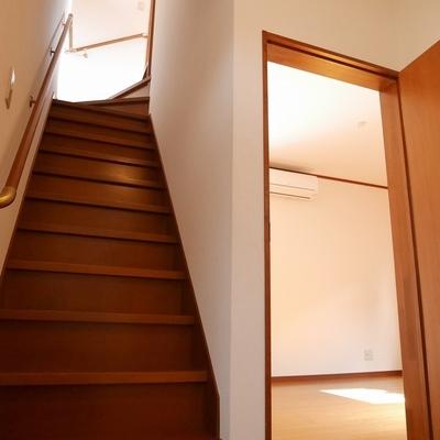 リビングは後ほど、先に2階に上がりましょう!