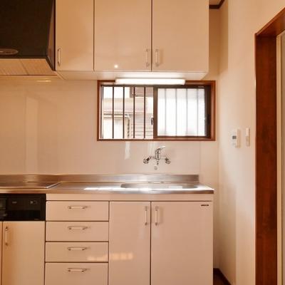 1階キッチンには窓があります。戸建ての利点ですね♪