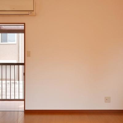 こちらが2階にあるベランダへの扉です。網戸あります。