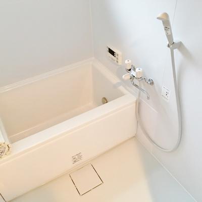 お風呂は少しコンパクトだけれど、窓あり。新品でピカピカです。