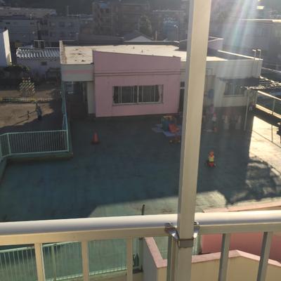 建物隣には保育園があります。