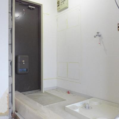 玄関ドアと洗濯機置き場が近いですが、通るのには困らないかと思います※写真は工事前です