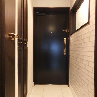 玄関も土間が広めにとってあります。右に見えるのがお風呂の窓。