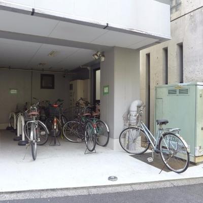 駐輪場は建物裏手に