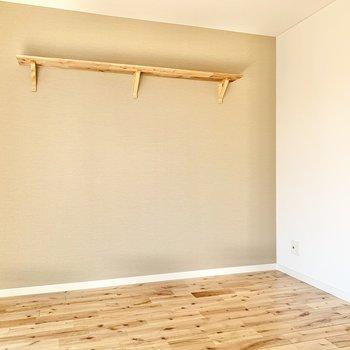 こちらの壁にはかわいらしい棚が付いていますよ。