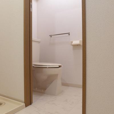 トイレはもちろん個室。※写真は別部屋です