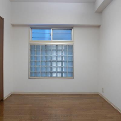北側のお部屋は電気がないと暗いです。※写真は別部屋です
