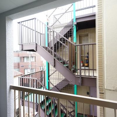 バルコニーの眺望はお隣のマンション  ※前回募集時の写真です