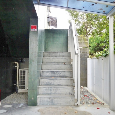 EVはありませんので、この階段で上り下り。