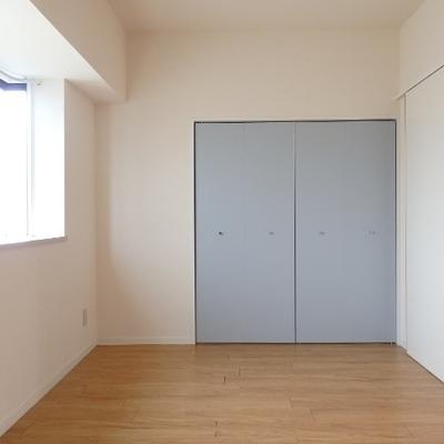 洋室のクローゼットはライトブルー