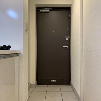 ゆったりとした玄関。※写真は1階の同間取り別部屋のものです