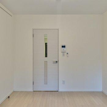白が基調の内装です。※写真は1階の同間取り別部屋のものです