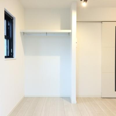 白でシンプルなお部屋