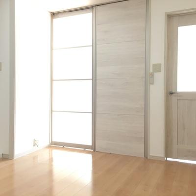 玄関から。仕切るとこんな感じ。ドアの色もモダンで良い