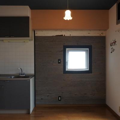 キッチン横は古材が使われてます。