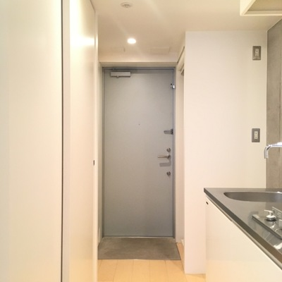玄関横に洗濯機置場!目隠しも出来ます!