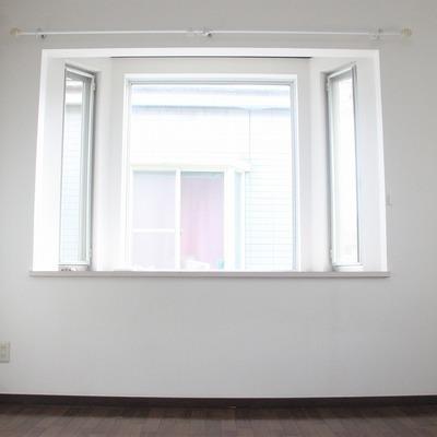 大きな出窓が特徴のリビングルーム