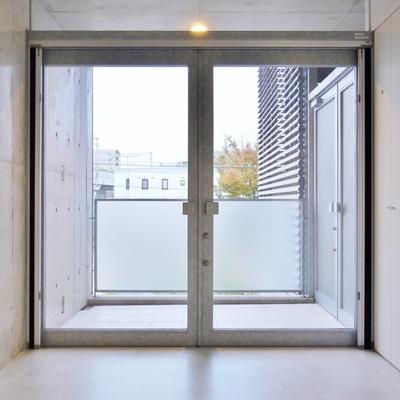 玄関でありバルコニーでありテラス。