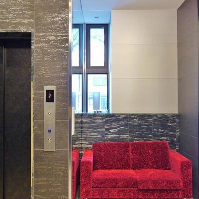 エレベーターを待っている時は、ソファーに座ってられます。
