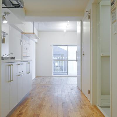 玄関から、広いキッチンと右に黒板!
