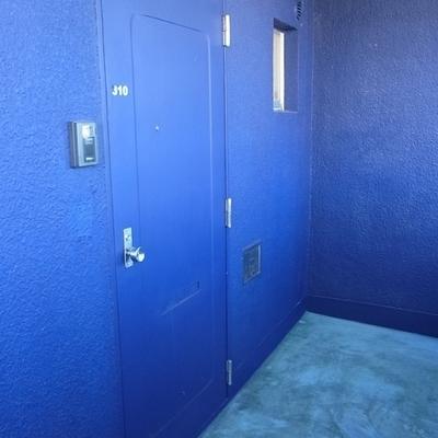北側は青い塗装。