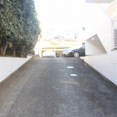 奥が駐車スペースと駐輪場になってます