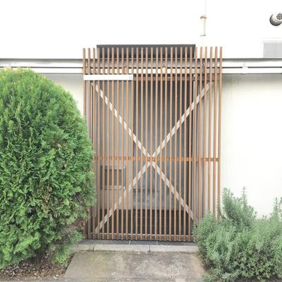 玄関。木の扉を開けてから更に扉