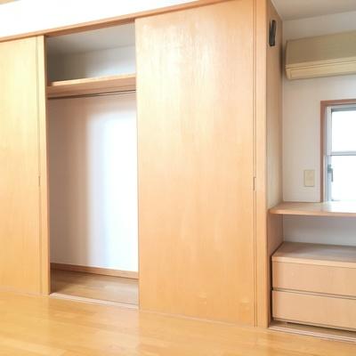 寝室。収納は十分な容量
