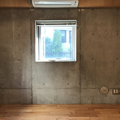 窓を眺めて考えにふけましょう