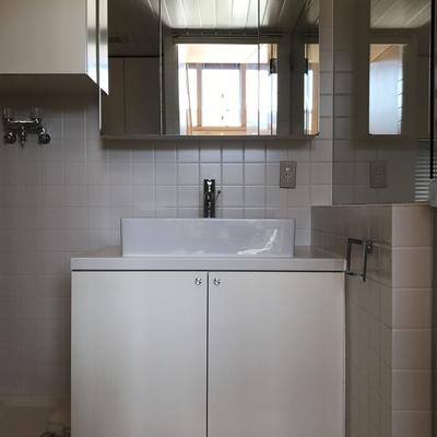 独立洗面台も白くて綺麗