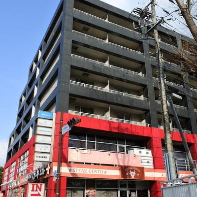 3階からが居住スペース、1〜2階はテナントが入っています