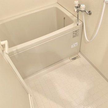 お風呂は普通かな。鏡は無いので、必要な方は持ち込みましょう!(※写真は別部屋のものです)