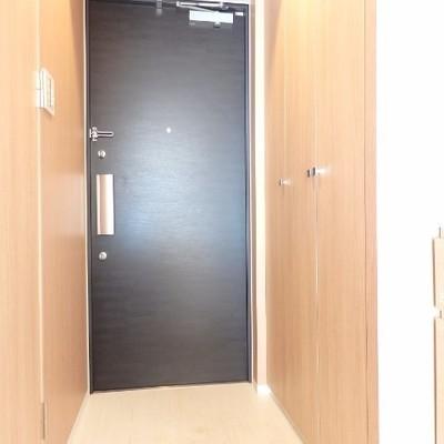 玄関入って左側の扉に洗濯機置場が隠れています。
