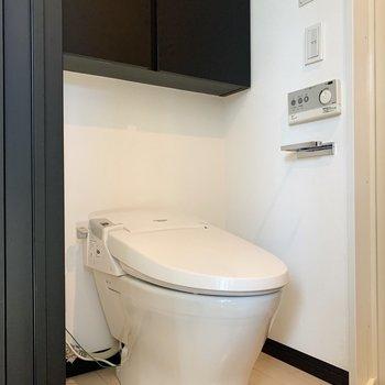 トイレは洗面脱衣所にあります。温水洗浄便座付きです。