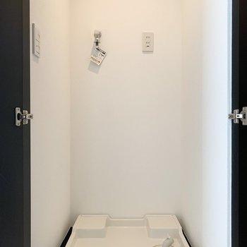 洗濯機置き場です。突っ張り棒などで棚をつけても良さそう。