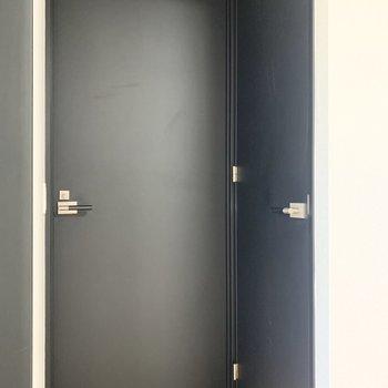 【洋室】洋室の扉の横にはウォークインクローゼットがあります。