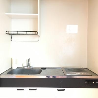 キッチンはコンパクト。目隠し扉付き!