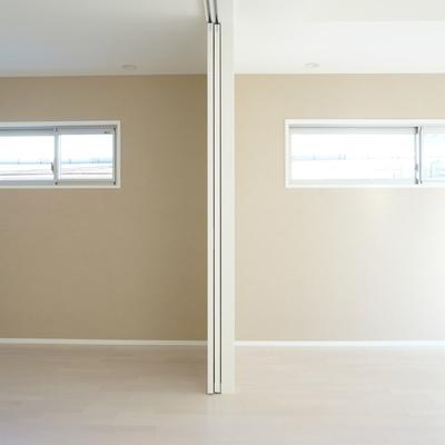 2階の角部屋はクロスの色味が違いました ※別部屋です