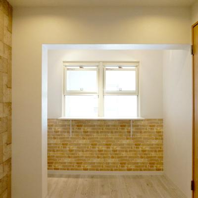 この窓に必ず一度は料理置いて、向こう側から取るでしょうね!