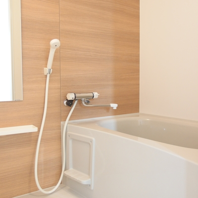 木目シートが貼られた浴室。