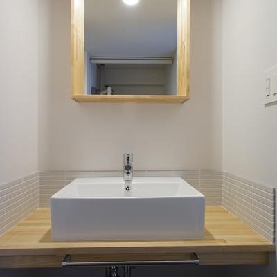 洗面台は造作で可愛く♪