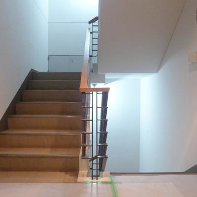 共用部の階段は木の手すりがいい雰囲気