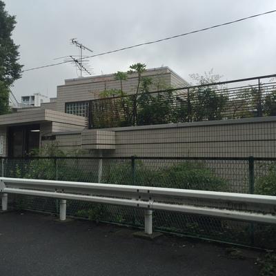 特有の地形で建物裏側に出ると1階ではなく、上階が入り口となります。
