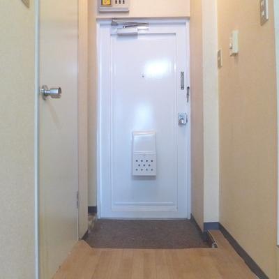 ドアはレトロな白!※写真は工事前です