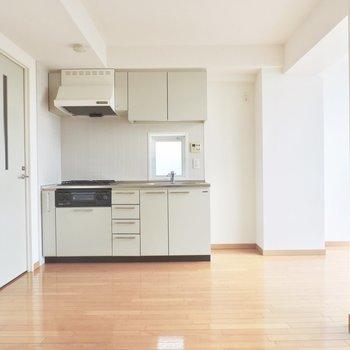 キッチンには収納豊富※写真は5階の同間取り別部屋のものです