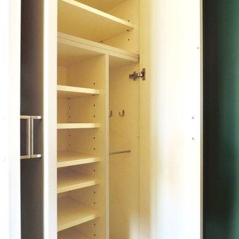 シューズボックスには傘も入ります※写真は5階の同間取り別部屋のものです
