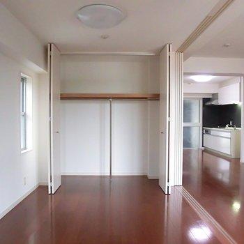 寝室には大きなクローゼット※写真は5階同間取り別部屋のものです