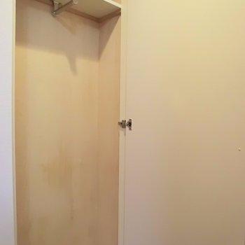玄関にあるコート掛け※写真は5階同間取り別部屋のものです