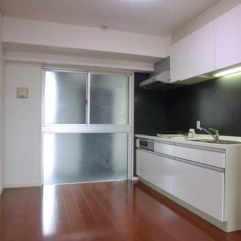 キッチンスペース。一面窓です※写真は5階同間取り別部屋のものです